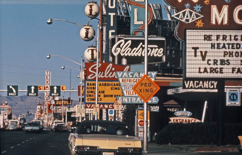 denise-and-robert-planned-a-twelve-week-long-studio-in-las-vegas-for-thirteen-yale-students-ten-days-of-this-studio-would-be-spent-on-the-strip-itself